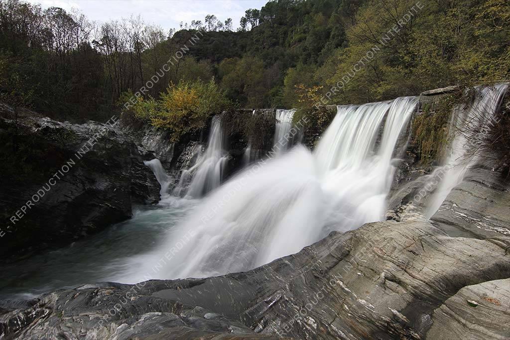 photographie d'une cascade d'eau