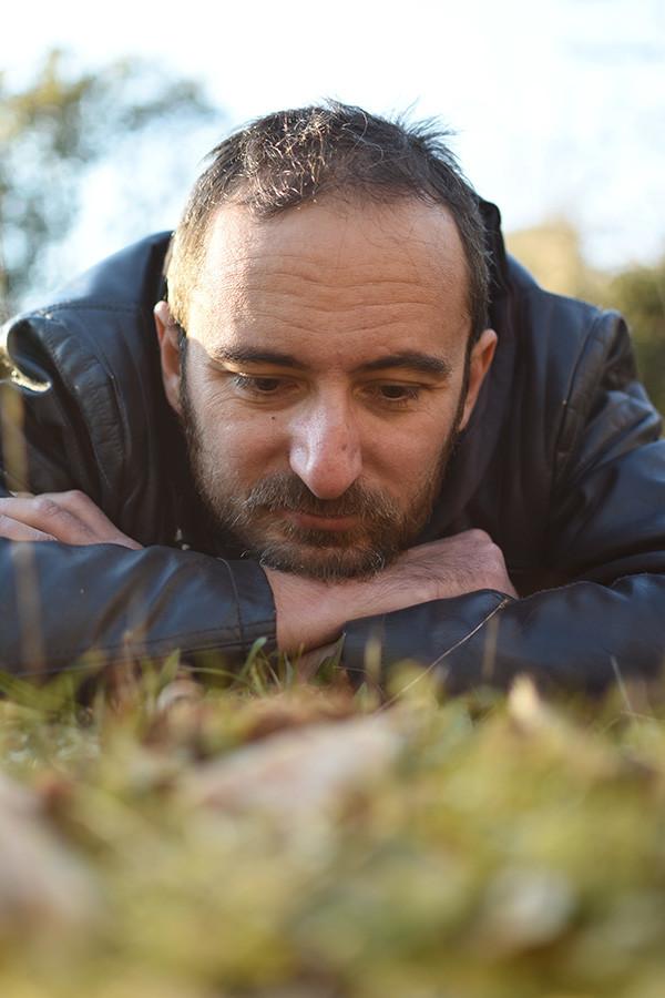 Jérémy Taburchi dans l'herbe