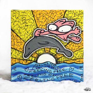 Le Chat Rose chevauche un dauphin dans la mer